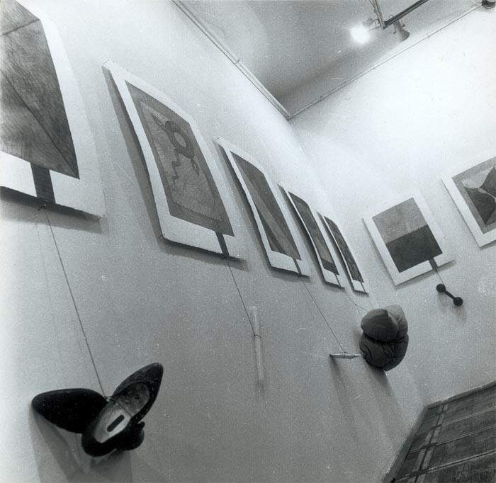 """""""Повешанные"""" на выставке """"Тяжесть и нежность"""" в L Галерее, Москва, февраль 1993 // Источник фото: conceptualism-moscow.org"""