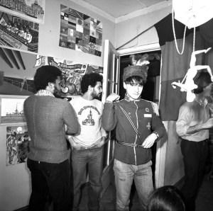 Андрей Пригов на коллективной выставке «Дальние-дальние страны» в галерее APTART. 1984 // Фото: Георгий Кизевальтер
