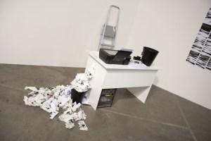 Света Шуваева (на открытии выставки художница создавала рисунки с помощью ксерокопии в реальном времени)