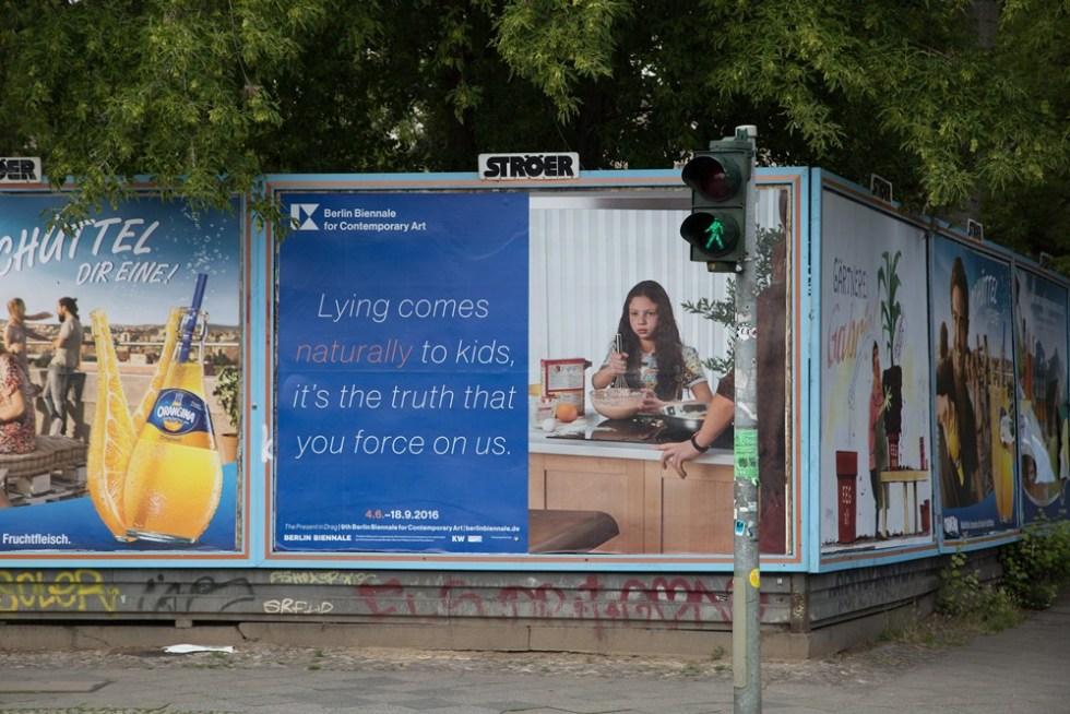 Рекламная кампания 9 Берлинской биеннале. Бабак Радбой и др. // Фото: Julia Burlingham