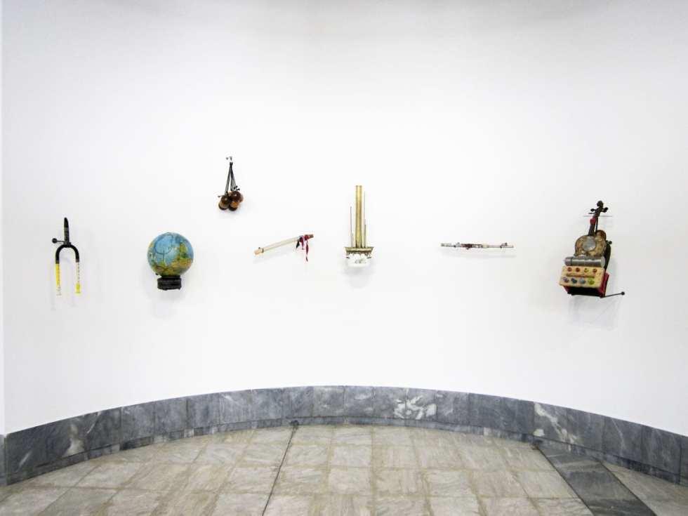 """Guillermo Galindo. Инструменты и партитуры из серии """"Exit/έξοδος"""". 2016–17"""