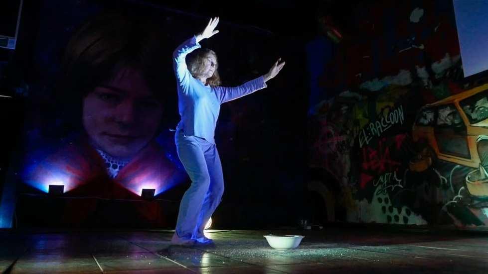 Марина Русских и Helga Zinzyver.«Скучный танец». Кадр из видео-документации, предоставлено рабочей группой РБОБ