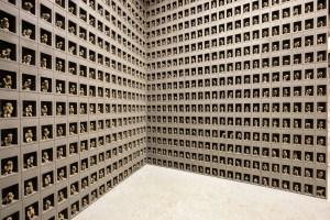Андрей Кузькин, «Персональный молельщик», 2020. Хлеб, соль, металлический каркас, клей ПВА, бетон, акрил. Фигурка примерно 13 х 6 х 9 см, бетонный бокс 15 х 15 х 27,5 см.