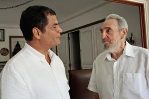 Fidel Castro junto al presidente ecuatoriano Rafael Correa, quien visitó la isla recientemente.