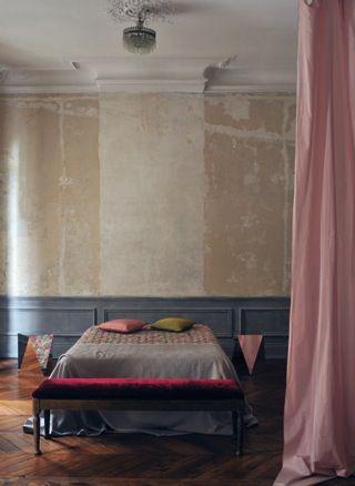 Camera da letto minimal chic colorata arredamento shabby for Arredamento camera da letto minimal