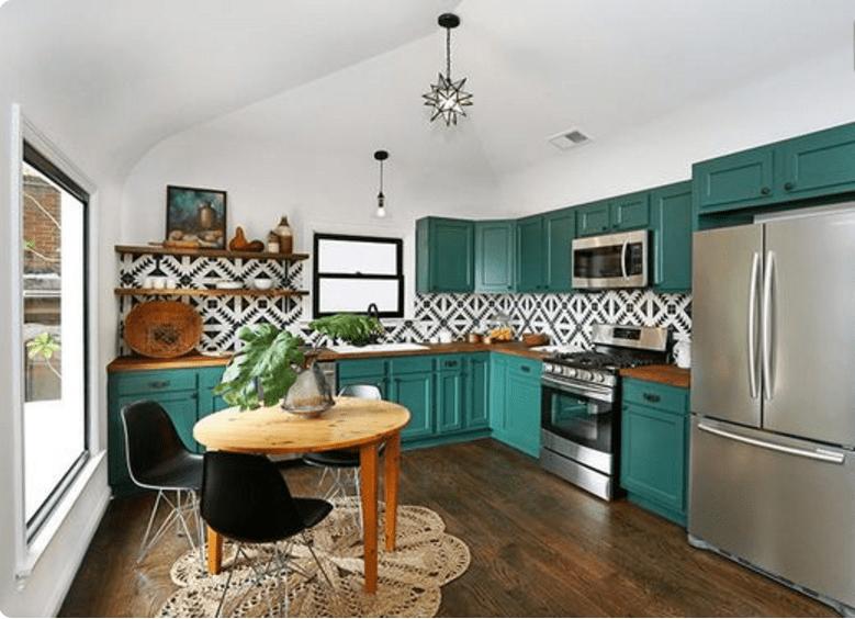 In cucina i pensili verde ottanio possono essere realizzati da un ...