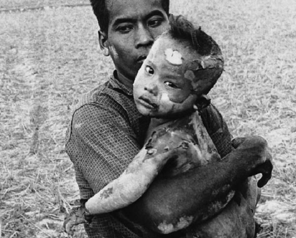 Les crimes de l'Otan et des États-Unis Vietnam-burning-article-display-b