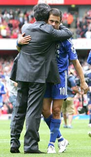 Jose Mourinho consoles Joe Cole after losing the Premiership title