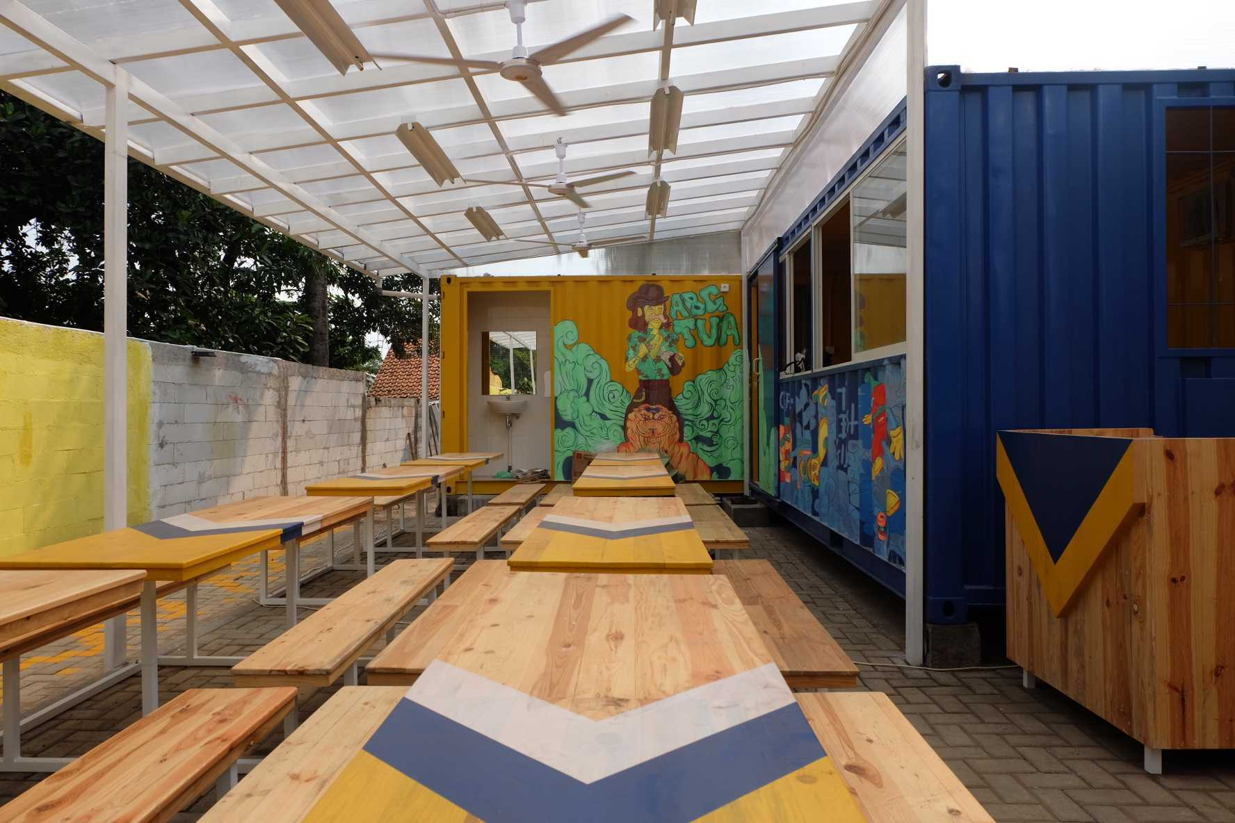 Desain Cafe Container Photo Seating Area Restaurant Warbox Container Cafe 6 Desain