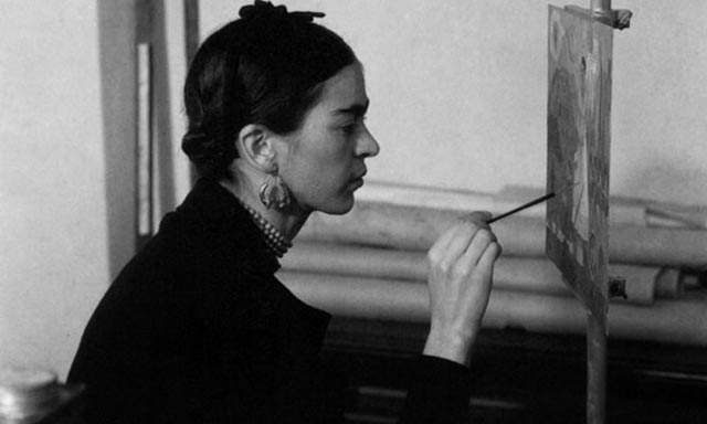 foto frida kahlo pintando