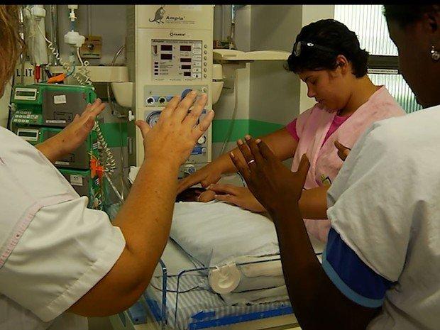 Resultado de imagem para dando passes em bebes, pesquisa em universidade de mg
