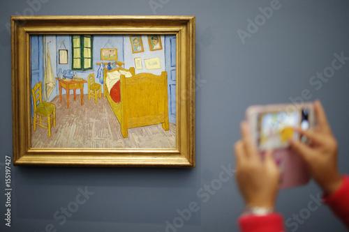 A visitor takes a picture of the painting \ - Description De La Chambre De Van Gogh