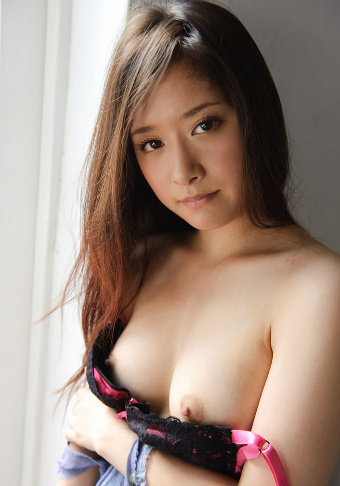 Skinny Asian babe has taken off her clothes and covered her entire body with oil to expose it to the cam