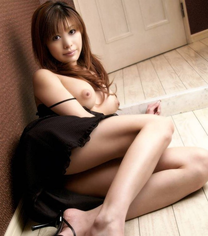 Sexy asian chick demonstrates her naked body