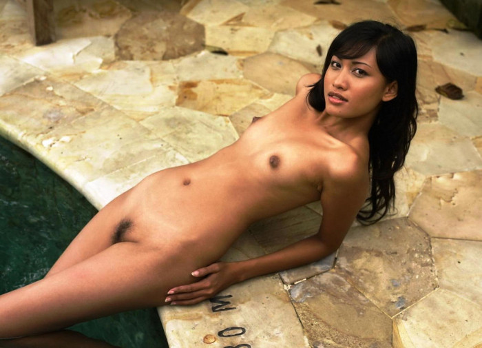 Luxury Asian with shaved pussy shows herself on the bed