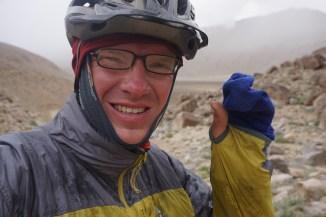 mit Sockenhandschuhen im Hagelsturm am 4344m hohen Khargush Pass