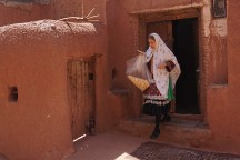 traditionell gekleidete Frau in Abyaneh