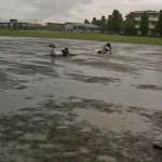 雨中のヘッドスライディング