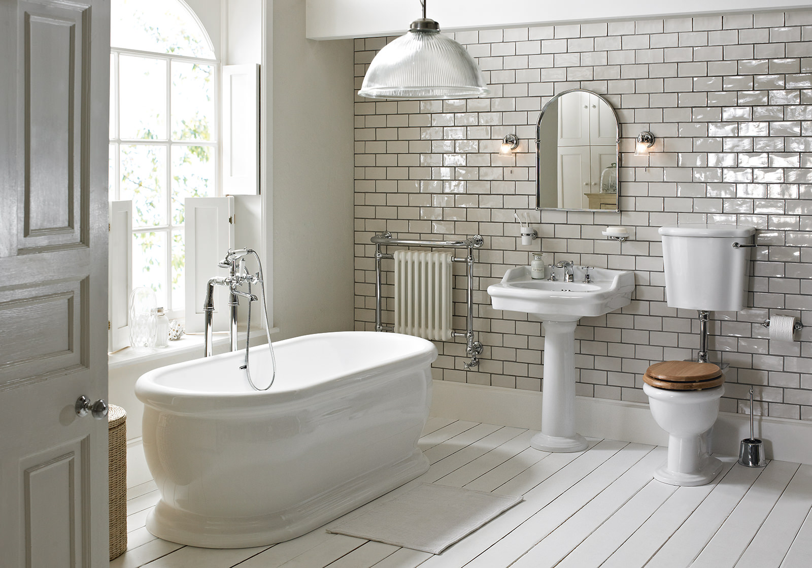 Heritage Victoria Low Level Wc And Cistern With Flush Pack - Badkamer Vloer En Wandtegels Hetzelfde