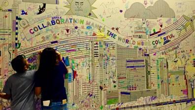 Crianças decorando painel na parte de criação do SxSW