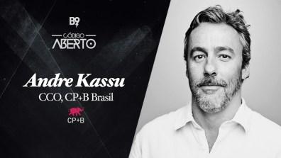 Capa do podcast Código Aberto com a Foto do publicitário Andre Kassu, CCOO da CP+B Brasil