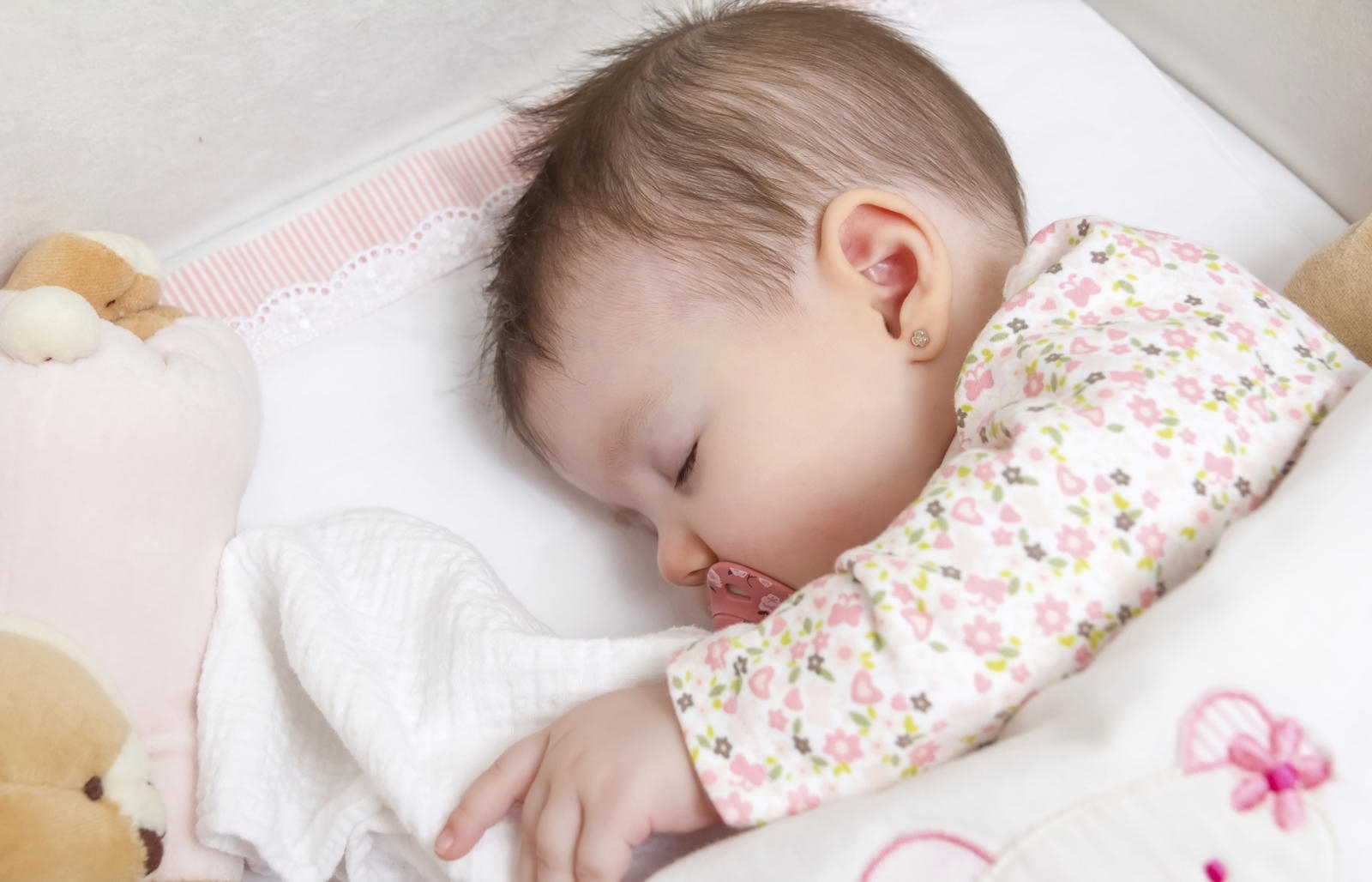 What Can Baby Sleep In Next To Bed 6 Tips For Getting Your Newborn To Sleep In A Cot