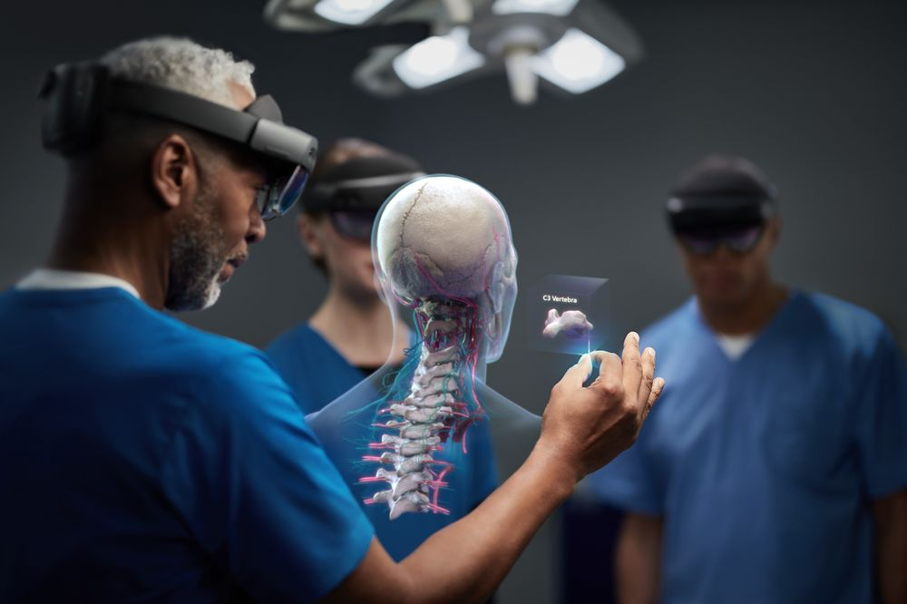 Microsoft Boosts HoloLens Performance and Cuts Price Chasing