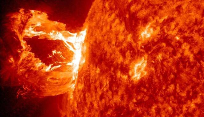 151528_bola-api-dari-ledakan-matahari_663_382
