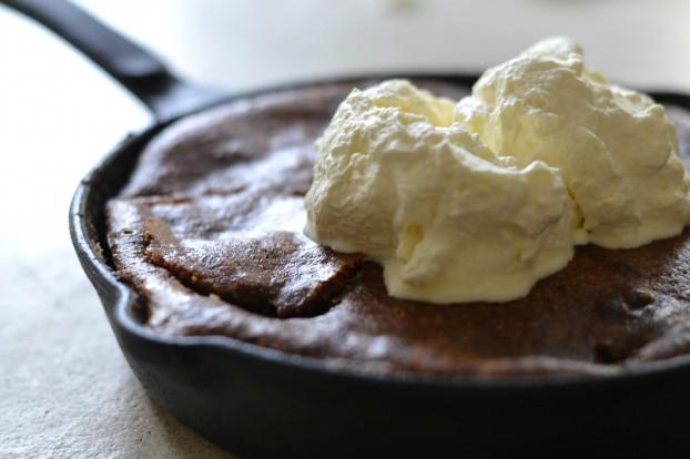 Almond, apple & black berry skillet cake - A tasty love story