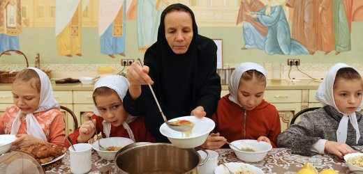Παιδιά και γυναίκα φροντιστής σε ένα ορφανοτροφείο της Μόσχας, 2013