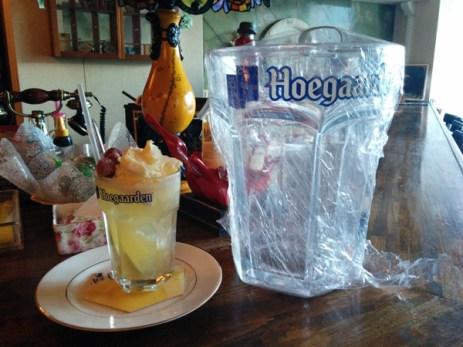 ヒューガルデンのアイスフロート、となりはビッグサイズのグラス
