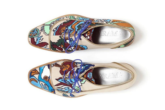 These printed shoes by Arama are quite special as they do not feature the same print, but mirrored, each shoe is unique and complementary to the other one.