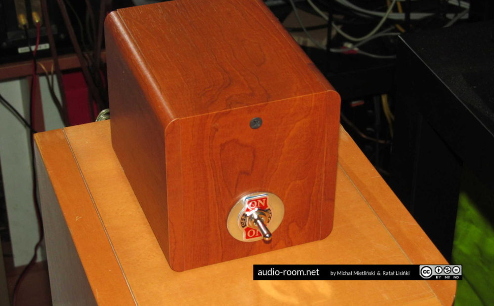 Connecting 2 amplifiers to one set of speakers making an amp