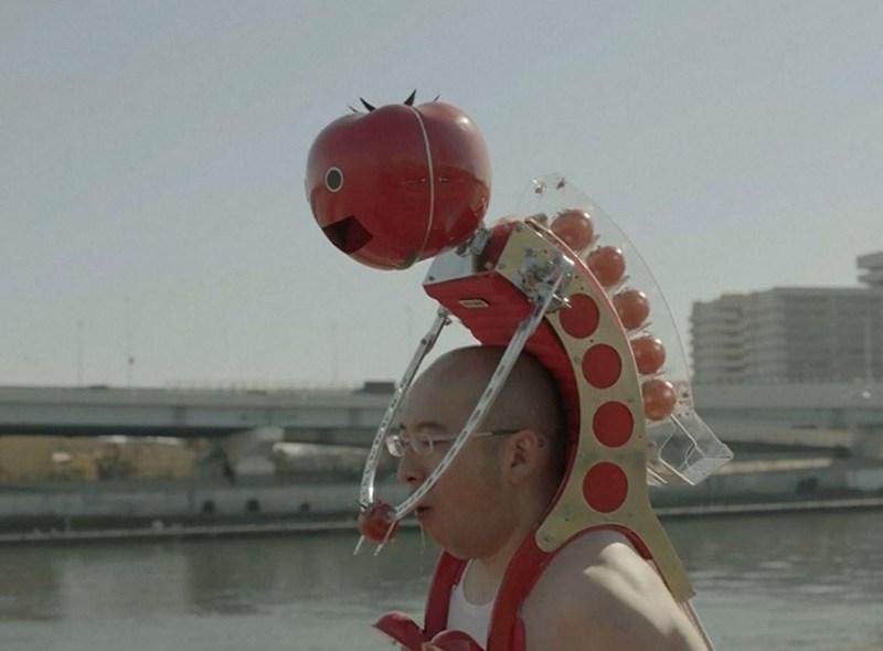 Japoński robot podający pomidory