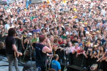 https://en.wikipedia.org/wiki/Queens_of_the_Stone_Age#/media/File:Queens_of_the_Stone_Age_at_Austin_City_Limits_Music_Festival_2007.jpg