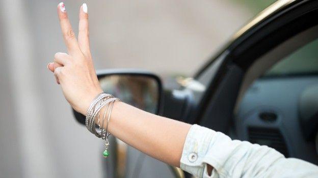 chica-conduciendo-y-mostrando-el-gesto-de-la-victoria_1163-850-e1506505725941