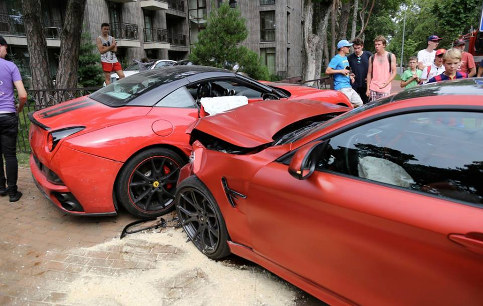 BMW-M4-Ferrari-California-Crash-2