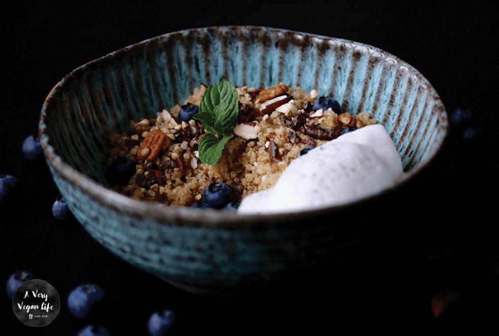 Frühstück mit Amaranth und Quinoa mit Hanfsamen  und Blaubeeren