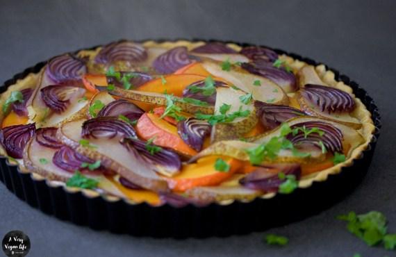 Veganer Zwiebelkuchen mit Kürbis und Birne