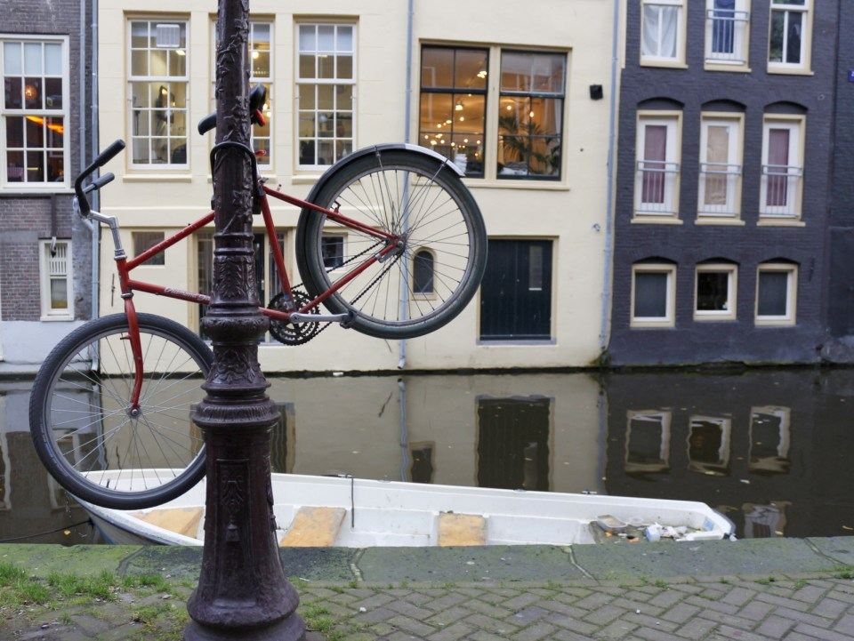 GUIDE TO BICYCLING IN AMSTERDAM
