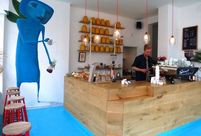 Coffee, tea, cakes and sweets are what you will discover when you stop in to Rum Baba in the Transvaalbuurt. The bright space and friendly staff are sure to improve your day.