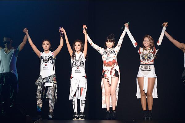 2ne1 Falling In Love Wallpaper M On Live 2ne1 「2014 2ne1 World Tour ~all Or Nothing~ In