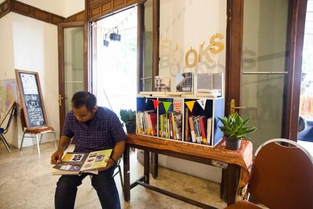 Sudut baca berbagai buku mengenai Surabaya. Foto: Erlin Goentoro