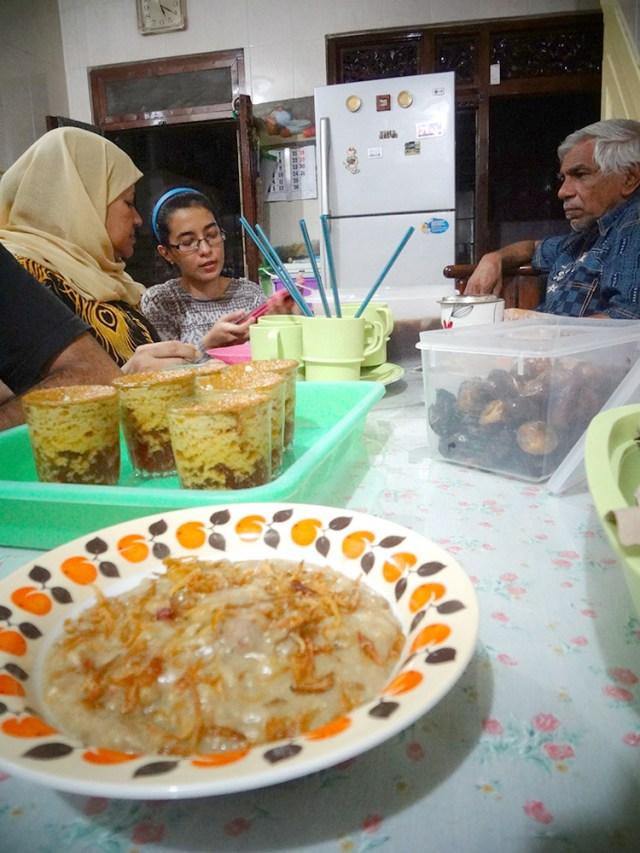makanan ini tidak dijual secara umum di jalanan, melainkan disajikan di atas meja-meja makan pribadi
