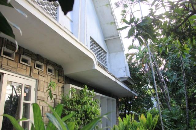 Gewel (gable) atau dinding yang menahan atap diberi roster udara dengan komposisi tertentu sesuai kreasi pengrajinnya.