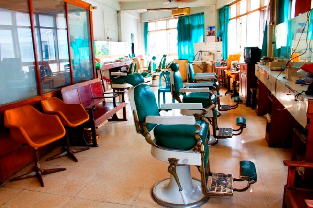 Interior pangkas rambut Shin Hua. Foto: Edbert William