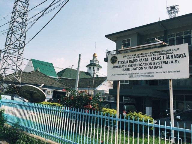 Stasiun Radio Pantai Kelas I Surabaya yang berada di sebelah Menara Syahbandar. Foto: kathleen azali / dokumentasi #PerakProject