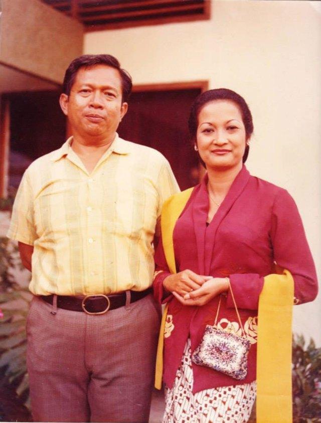 Pak Gatut dan Bu Thea circa tahun 1970-an.