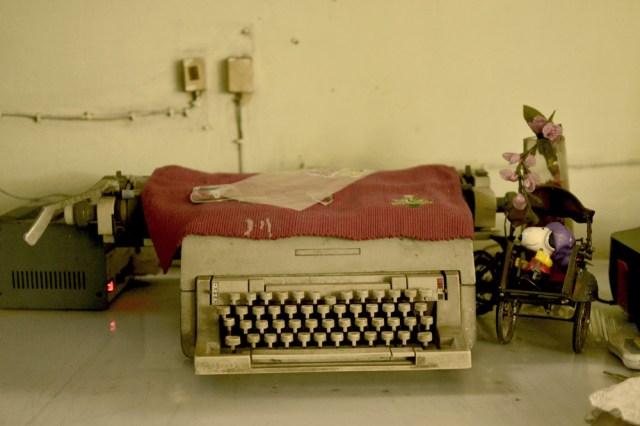 Mesin ketik Pak Gatut terakhir yang masih ada di ruang tamu rumahnya.