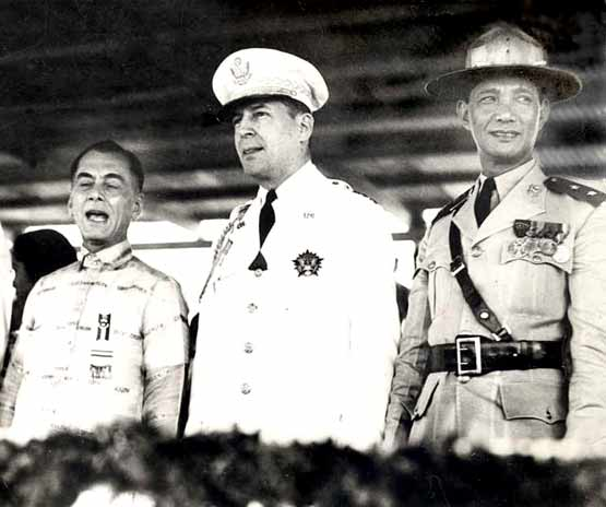 PRES. MANUEL QUESON WITH GEN. DOUGLAS MACARTHUR PHOTO ARCHIVE